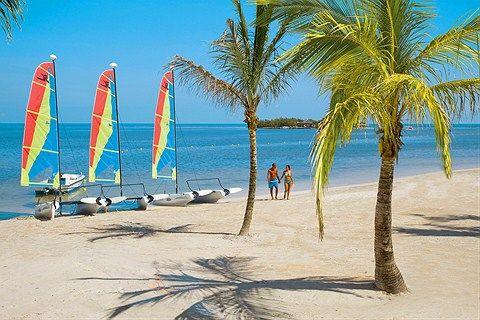 Häämatkalle paratiisiin? Finnmatkojen kautta pääset viiden tähden Riu Palace Jamaica -hotelliin, joka on suunnattu vain aikuisille. Se on moderni All Inclusive -luksushotelli, joka sijaitsee palmujen ja ihanan hiekkarannan äärellä saaren luoteisosassa. Tässä hotellissa lomailet juniorsviitissä tai sviitissä, lisäksi hintaan sisältyy All Inclusive vuorokauden ympäri…