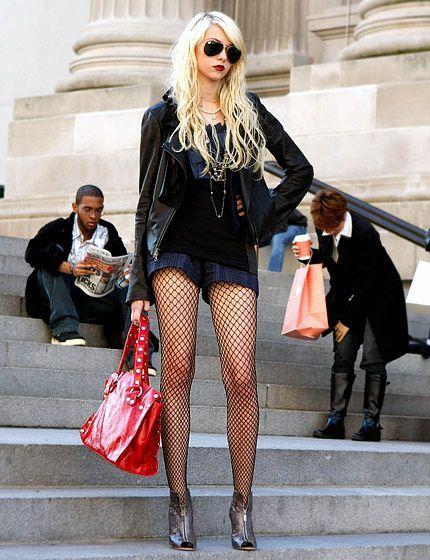 Herzlichen Glückwunsch an das Geburtstagskind, die Queen! Doch heute will ich nicht über die britische Königin posten, sondern über Queen B., besser bekannt als Blair Waldorf aus Gossip Girl! Viele von Euch wissen, dass ich großer Fan dieser Serie und deren tollen Outfits bin! Und die Stylisten sind anscheinend auch Fans von tollen Strumpfhosen ;) Lasst Euch inspirieren! xoxo loo