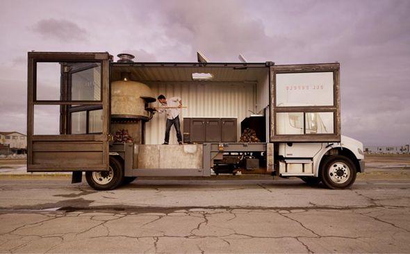 Jon Darsky est le propriétaire Del Popolo, un camion aménagé en pizzeria. Il a travaillé avec quatre designers et a investi près de 180 000 $ pour adapter ce conteneur en cuisine et offrir une fabrication traditionnelle de la pizza napolitaine avec un véritable four à bois.