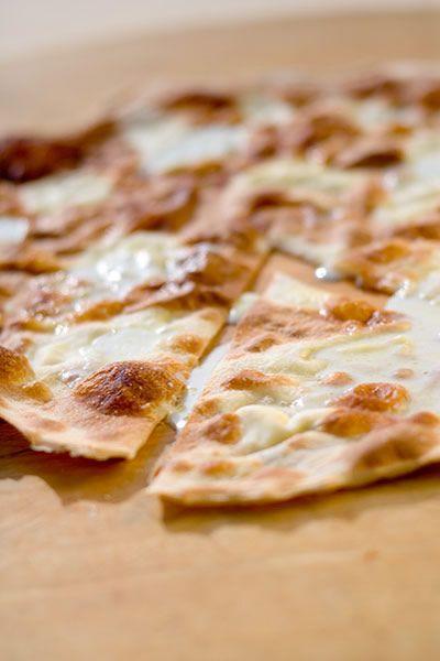 Focaccia fine, fourrée au fromage - Focaccia di Recco ricette liguri di Amedeo Alassio
