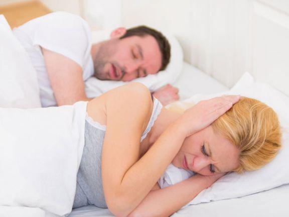 Wann Schnarchen gefährlich werden kann und welche Maßnahmen nachts für Ruhe sorgen, lesen Sie im Live Smarter-Blog.