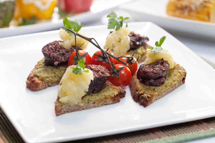 Kaszanka grillowana na grzance z pastą oliwkową. #kaszanka #oliwki #pomidory #smacznastrona #grill #grillowanie #tesco #przepisy #przepis
