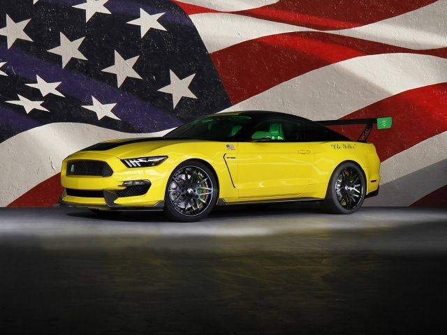 Shelby Mustang GT350 Ole Yeller : Inspirée du célèbre avion, la Ford Mustang Shelby GT350 en reprend la livrée jaune et verte, agrémentée de néons au style un brin tuning sous la carrosserie et dans l'habitacle. Elle bénéficie en plus d'un kit carrosserie en fibre de carbone, ainsi que de sièges Recaro et de jantes noires Forgiato. On retrouve sous le capot le bloc V8 atmosphérique de 526 chevaux de la version de série.