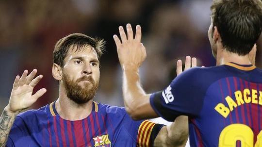 #SZ   Kroos #trifft #fuer #Real   #Auch #Barcelona #mit Auftaktsieg   Madrid.  Toni Kroos #hat Titelverteidiger #Real Madrid #gleich #am #ersten #Spieltag #an #die #Spitze #der Primera Division geschossen. #Der #deutsche Nationalspieler erzielte #bei #Deportivo #La Coruna #mit #einem Direktschuss #aus 16 Metern #in #der 62. #Minute #den #letzten #Treffer #beim 3:0 (2:0) #der Madrilenen. dpa