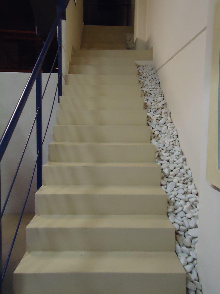 Tonos blancos para escalera de microcemento con piedras for Escaleras decorativas de interior