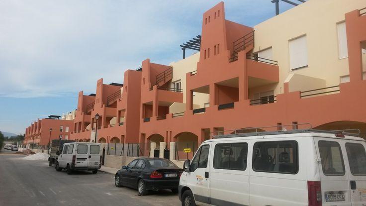Pinturas Losan ejecuta trabajos de pintura decorativa en Reformas integrales de Área 146 viviendas y 2 plantas de parking en Playa de Vera (Almería).