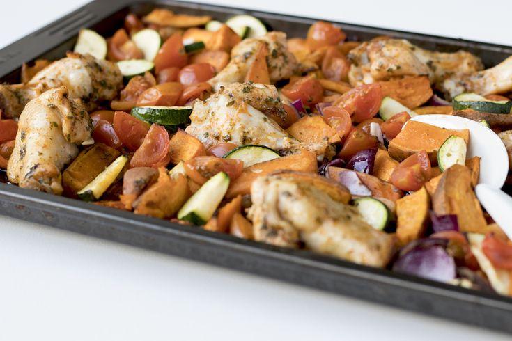 Lekker, makkelijk & gezond. Deze zoete aardappel schotel met kip & groenten is perfect voor een doordeweekse avond, heerlijk genieten!