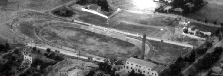 1944 - Velódromo de Ciudad Lineal - A la altura del actual nºnúmero 323 de la calle Arturo Soria en la Ciudad Lineal de Madrid. Inaugurado el 23 de marzo de 1910 y con capacidad para 20.000 espectadores, fue diseñado por Arturo Soria. Sirvió también para exhibiciones aéreas y acabó reconvertido en un estadio polivalente donde se celebrarían pruebas ciclistas, hípicas, partidos de hockey, fútbol, tenis y atletismo. Entre 1923-4 jugó el  Real Madrid de fútbol.