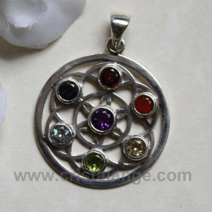 Ce bijou est un pendentif en argent avec la graine de vie sur laquelle sont posées les pierres semi précieuses correspondant aux sept chakras. Bijoux chakras sur Cristalange.com