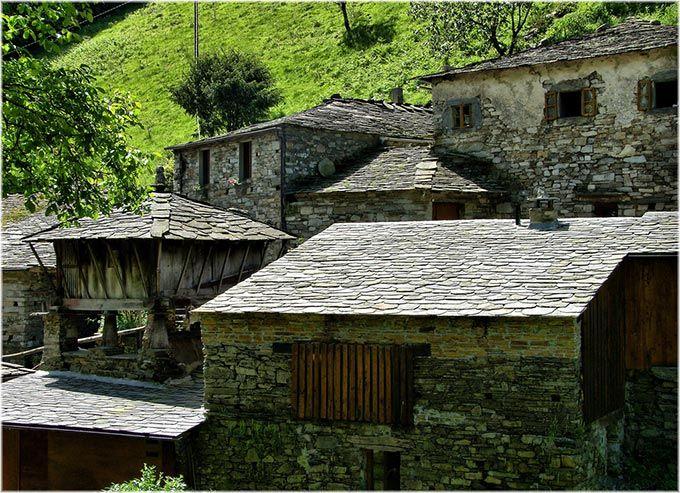 Taramundi es un trozo de la historia rural de Asturias que ha permanecido casi intacto. En medio de un paisaje eternamente verde, es conocido por su artesanía, en especial por los cuchillos y las navajas. Es un pequeño paraíso para el turismo rural con rutas de senderismo y un paisaje de los que te deslumbran. Paseando entre sus casas te sentirás como si hubieras viajado al pasado. No te pierdas el Conjunto Etnográfico de Teixois ni el Museo de los Molinos de Mazonovo, el más grande de…