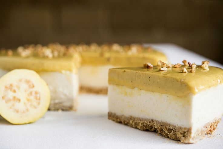 Pay de guayaba con base de galleta y relleno de queso crema con trozos de guayaba. Cubierto con fino ate de guayaba y adornado con nuez