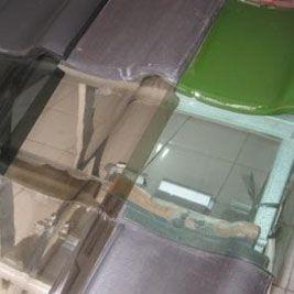 Desain ini memang terbilang modern. Umumnya desain genteng kaca ini cuma di terapkan dibagian tertentu saja pada suatu rumah. Jika inginkan cahaya matahari dapat masuk rumah, maka diterapkanlah desain atap kaca ini.