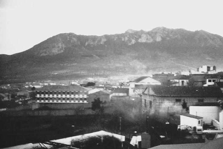 Vista de la Casa de la Cultura de Jódar con la Sierra de la Cuerda y del molino de aceite de Los Curillas (desaparecido). Finales de los 80 del s. XIX. Foto: Juan Carlos Gómez Vargas.