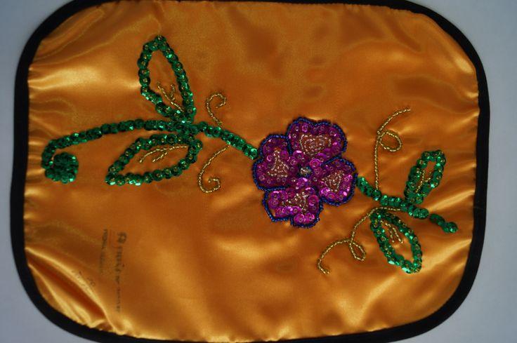 Bello diseño de flores bordado con lentejuela y chaquira.