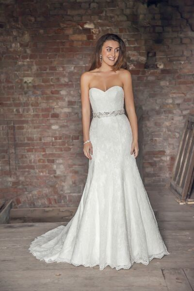 Beautiful lace fit & flare wedding dress   Benjamin Roberts 2613