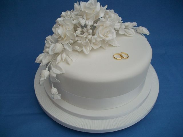 I like the placement of the flowers toward the back end of the cake.