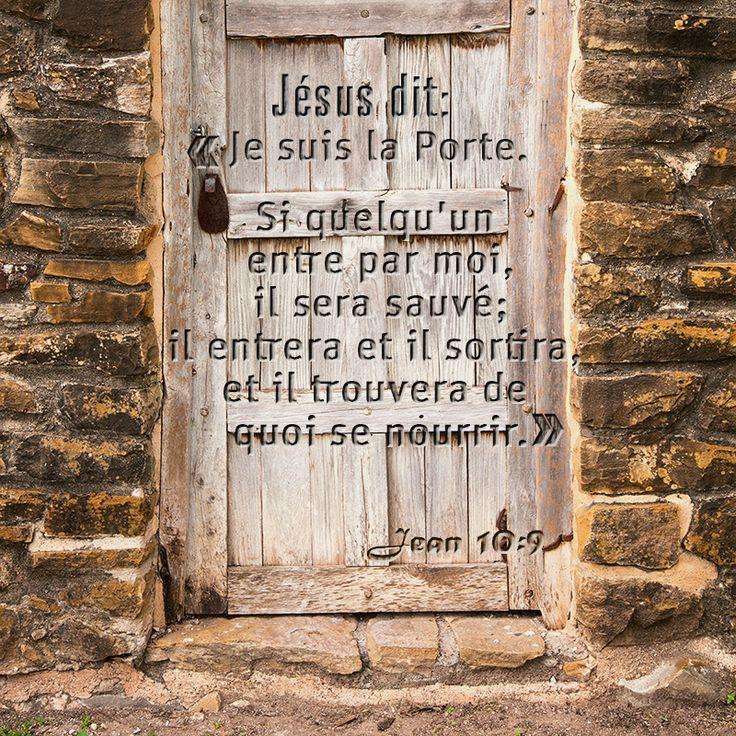 """Jean 10:9 """"Je suis la porte. Si quelqu'un entre par moi, il sera sauvé; il entrera et il sortira, et il trouvera des pâturages."""""""