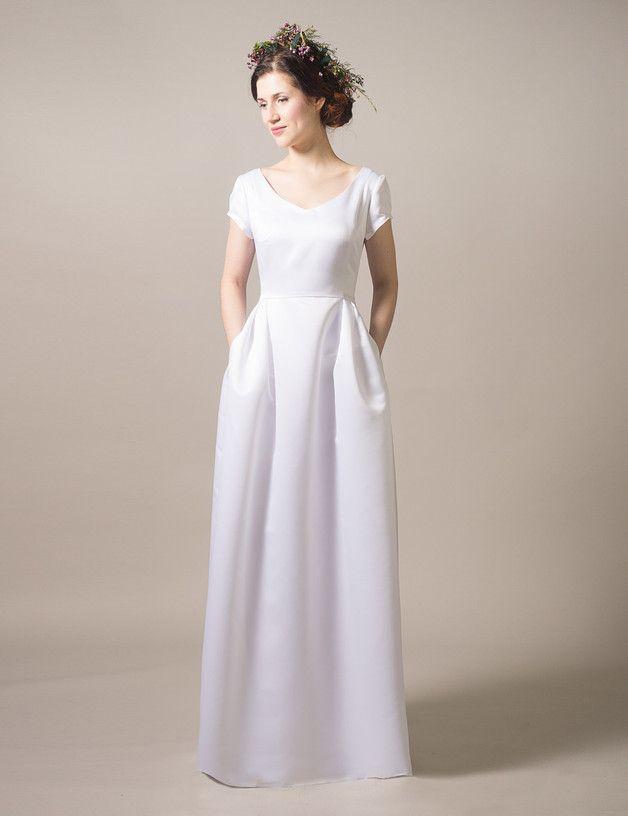 Langes elegantes Brautkleid mit Taschen mit bodenlangem Rock / elegant and minimal white wedding dress, modern bride made by Femkit Bride's Collection via DaWanda.com