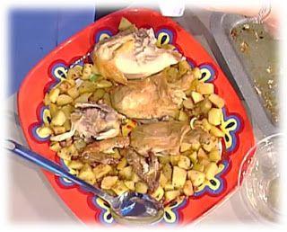 Pollo al limone e patate sabbiose di Anna Moroni Ingredienti:   1 pollo da 1,5 Kg  2 limoni  2 cucchiai di sale   Per le patate:  1200 g di patate  150 g di pancetta  pangrattato  timo  olio extravergine d'oliva  sale e pepe