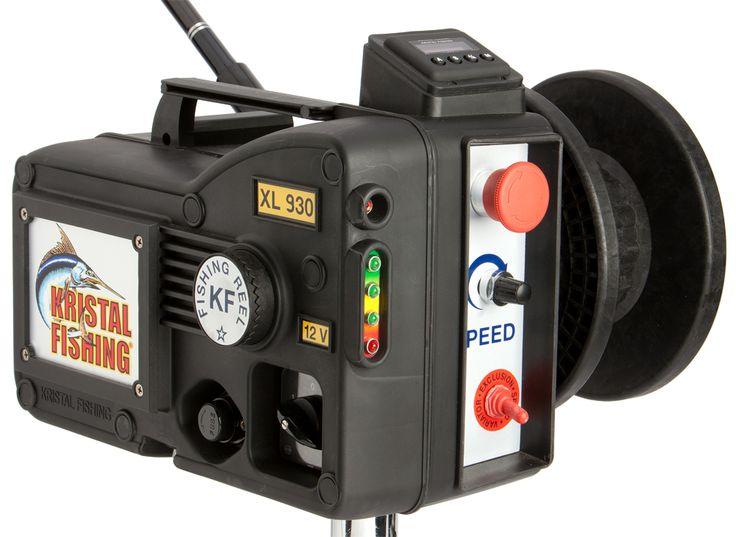 Carrete eléctrico Kristal Fishing XL 930 Digital. La seguridad de la electrónica que preside al variador de velocidad y al indicador de batería, la posibilidad de insertar en pocos instantes el porta caña lateral