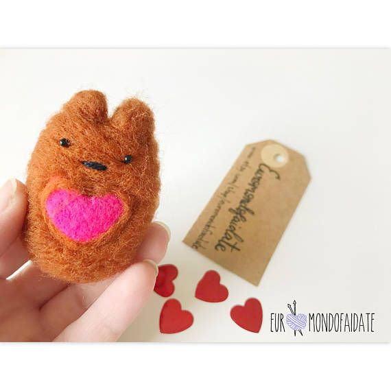 Valentine day needle felted animal. Bear in felt is 6cm. This bear is an animal felt. Great gift idea for your valentine day. A best items for your girl, girlfriend, for her and for him. Kawaii animal in felt. A bear kawaii so cute with his little hearth in his body. This article is