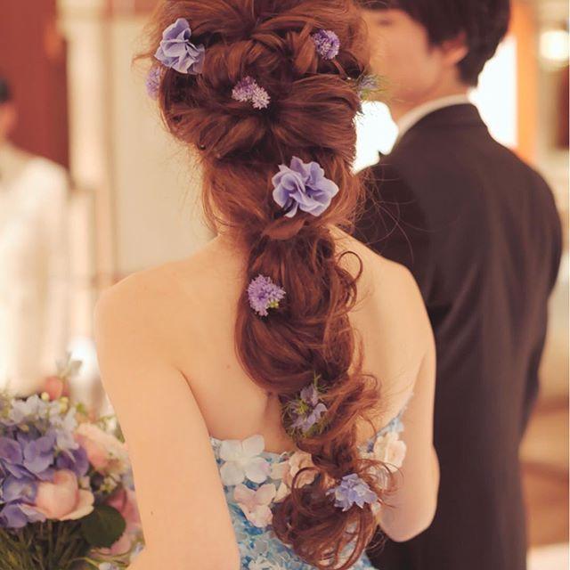 weddingreport28  お色直しのヘアはこんなかんじです。 海外のモデルさんがやっているナチュラルな編み込みヘアがやりたくて、何度も何度も打ち合わせしました。  最後の方は少し崩れてしまってショックでしたが… お花はtsubakiさんにお願いして、紫陽花を☺️ . ちなみに髪は結婚式まで伸ばしていて、胸下までありかなり長かったのですが、さらにウィッグ足してもらってます . . #ラプンツェルヘア #ラプンツェルヘアとか三十路で言ってもいいものなのか#編み込み#ウェディングヘア#お色直し#紫陽花#桂由美#ウェディングドレス#カラードレス