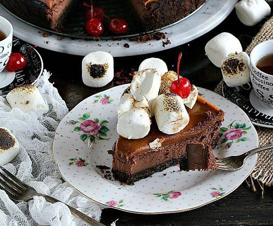 Ingredients 14 medium slices of cheesecake-cake (form 23 cm):For sand foundations :Oreo or similar chocolate - 3 cupsButter (melted) - 1/4 CupFor the filling:Cream cheese (room temperature) - 850 gPowdered sugar - 2 cupsCocoa powder (unsweetened) - 1/2 CupEggs (room temperature) - 4 PCs.Milk or dark chocolate (break into pieces) - 290