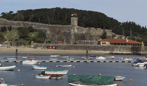 Vista de la fortaleza de Monte Boi y de la playa de A Ribeira, en Baiona.