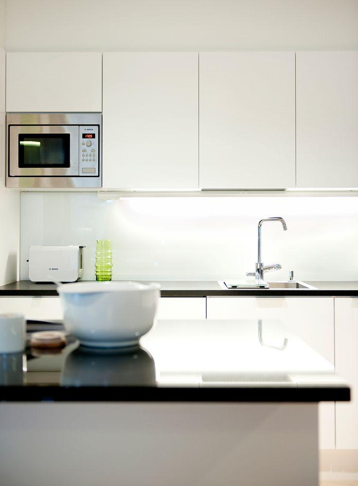 Keittiö Skanska Kotien Kotimyymälässä. Tässä voit vertailla kivi- ja laminaattitasoja, availla vetimettömiä ja vetimellisiä kaappeja ja laatikoita ja tutkailla parkettilaatujen eroja.