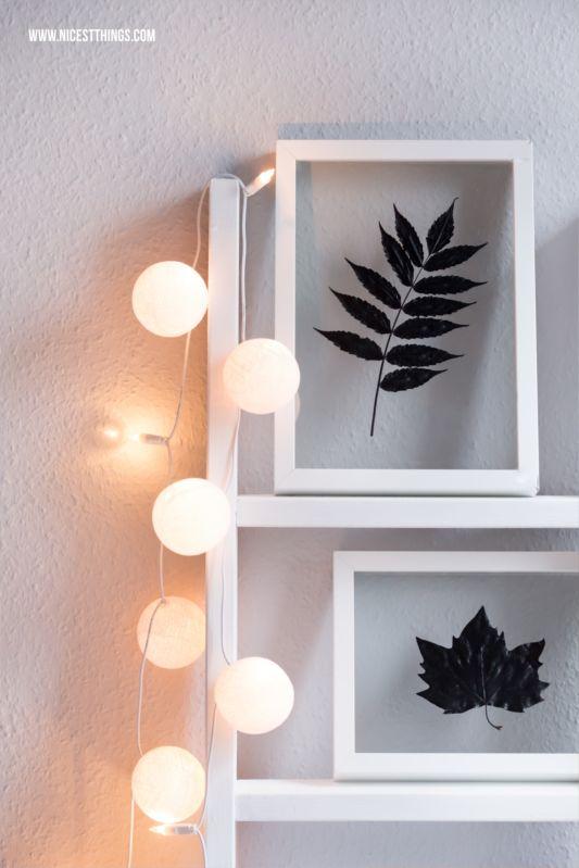 Mini-DIY für gerahmte Herbstblätter: Blätter pressen, mit der gewünschten Farbe ansprühen, trocknen lassen und in einen günstigen Bilderrahmen legen. Den Bilderrahmen dann aber nicht mit dem üblichen Pappdeckel verschließen, sondern die Glasscheibe aus einem zweiten, gleich großen Bilderrahmen dahinterlegen. Die Metallklammern zum Fixieren umbiegen, fertig. Es sieht dann fast so aus, als würde das Blatt schweben.