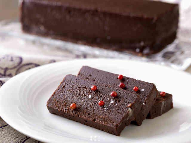 ショコラテリーヌ バレンタイン先取り!簡単な材料とひと手間で仕上げる本格派のチョコレートレシピを公開! ニューオータニ大阪 材料 (3人分) パウンド型 1本分 18×8×H5cm チョコレート(ビタータイプ)200g バター 200g 全卵 3個 グラニュー糖 240g ココアパウダー 20g