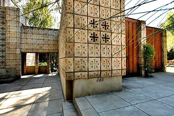 Frank Lloyd Wright. Concrete Block Period. Millard House