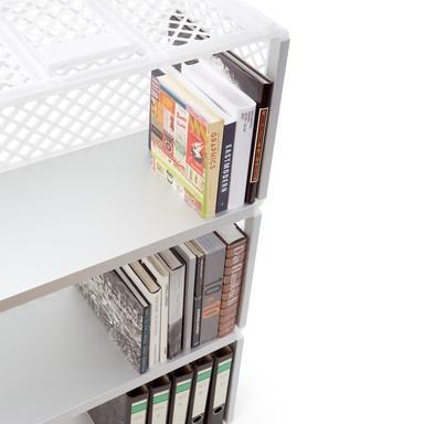 kast gemaakt van plastic kratten, met aluminium klemmen voor ertussen (via manufactum.de afdeling Magazin)