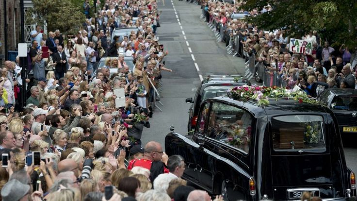 Cilla Black funeral: Fans and stars say farewell in Liverpool - BBC News