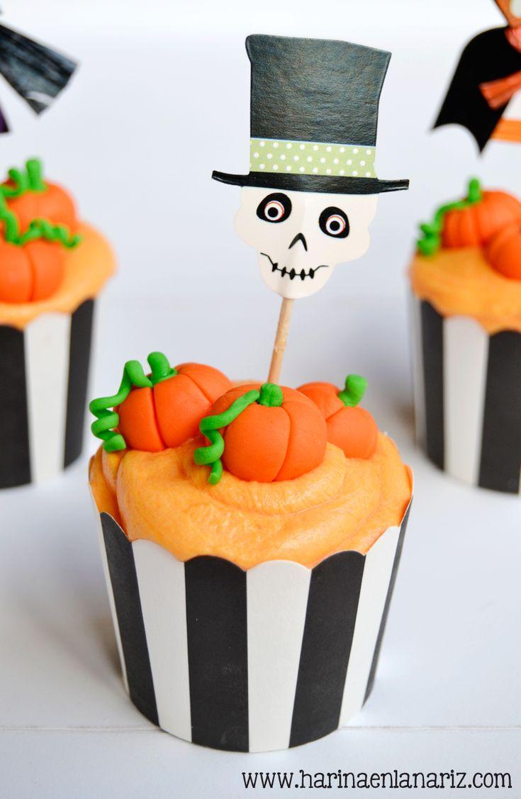 cupcake con calabazas de fondant y topper de esqueleto para Halloween