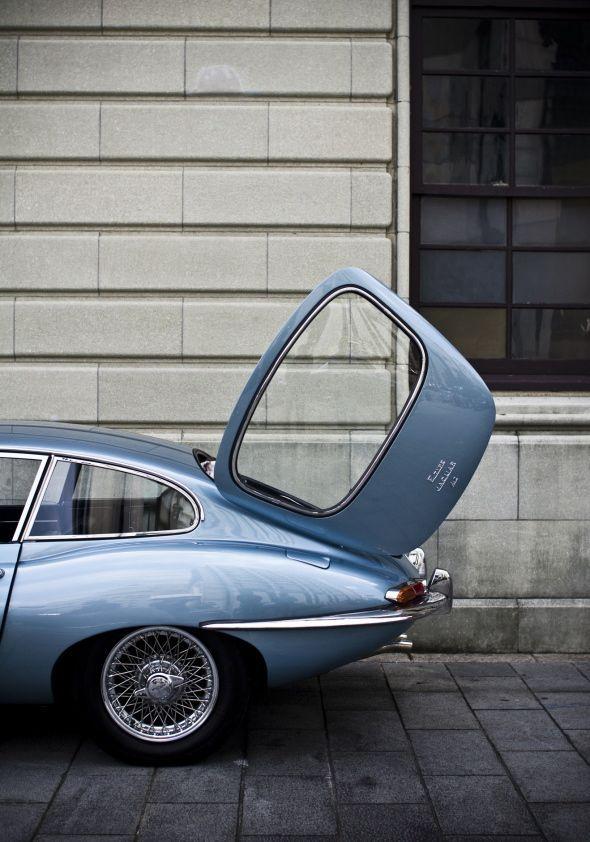 Sublime Jaguar E-type avec un coffre très original ! La marque Britannique nous séduit avec ce bleu à tomber. #voiture #vintage #Jaguar