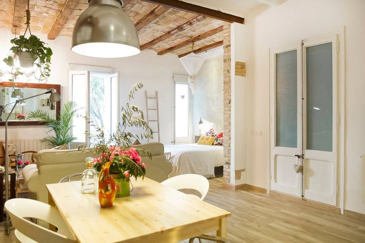 Gehele woning/appartement in Barcelona, ES. Welcome to this cozy apartment located in the Eixample district of Barcelona. Symbol of the architectural past of the city and forced modernization. Highlights of this spectacular apartment of 60 sqm; Newly completely renovated, conceived and design