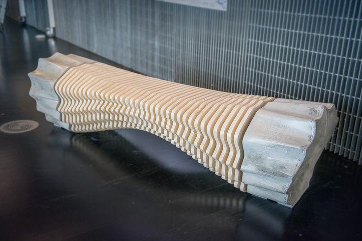Tianzhu Zhang, étudiant en design industriel a créé cet étonnant banc en bois et béton en utilisant la robotique comme méthode de fabrication. Il a donc fallu commencé par créer les formes par ordinateur et étudier les lignes et les flux afin de concevoir une assise confortable.  Ensuite, Tianzhu a découpé à l'aide d'une machine CNC (à commande numérique) tous les éléments en bois et a utilisé un bras robotique pour tailler les moules dans lesquels le béton est coulé afin d'obtenir les 2...