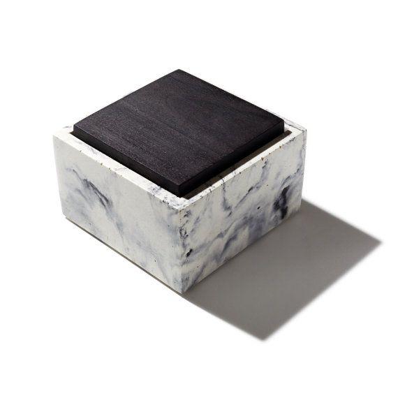 Petite boîte béton marbré carré avec couvercle noirci ou noyer naturel massif…