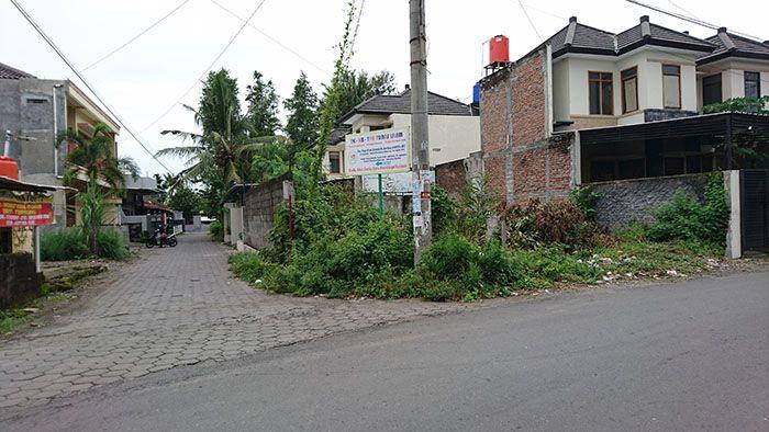 Rumah Siap Bangun Dijual: UMY Jalan Gunung Gamping Tlogodadi Yogyakarta. Sertifikat Hak Milik. Luas tanah 139m2.  Luas bangunan 140m2. Bangunan dua lantai (rumah contoh dan model sudah ada dan terbangun di lokasi yang sama). Kamar tidur 5, kamar mandi 5 (dalam), garasi, carport, taman, pantry, halaman. Mobil bisa parkir di garasi atau halaman depan rumah. Listrik 2200watt. Air sumur. Di jalan utama jalan aspal. Bisa untuk kos-kosan (prospek). Lingkungan perumahan pribadi.