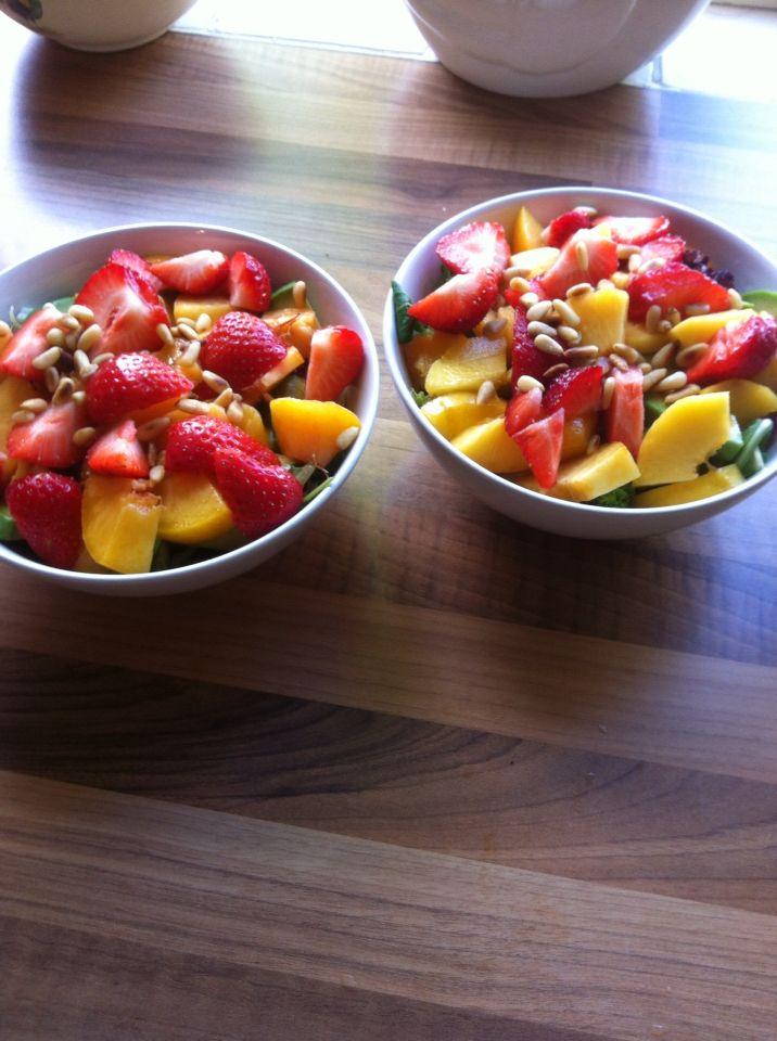 Zomerse salade met aardbeien, avocado, perzik en een perzikdressing