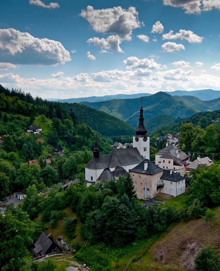 Špania dolina. Jedno z najmalebnejších miest Slovenska, zasadené do Starohorských vrchov. Viac vo výlete: http://www.podmevon.sk/vylet/spania-dolina-zo-starych-hor