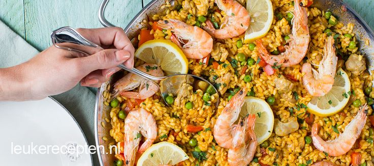 Goed gevulde Spaanse paella schotel met rijst, kip, chorizo en saffraan