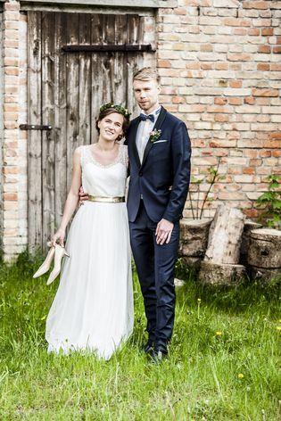Brautkleid mit Spitze und Gürtel in Gold