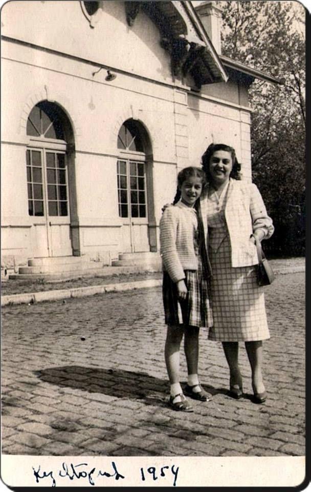 Kızıltoprak Tren İstasyonu önünde anne-kız - 1954