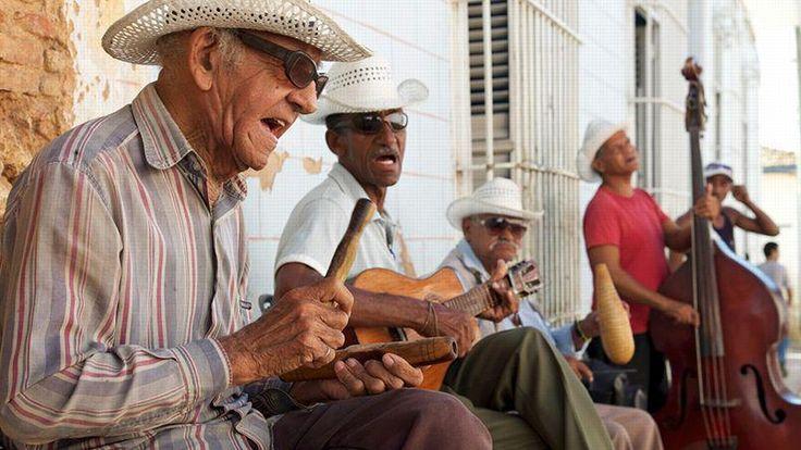 Une bonne dizaine de rythmes font danser la musique cubaine, salsa, mambo, cha-cha-cha, rumba, bolero, etc. Compay Segundo en a porté la gloire dans le monde entier. La chanson Guantanamera aussi.