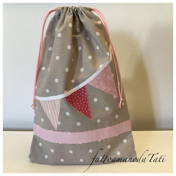 Sacchetto asilo in cotone beige a pois bianchi con filo di bandierine rosa, by fattoamanodaTati, 18,00 € su misshobby.com