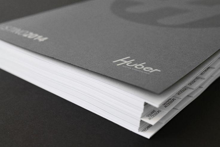 Produktový katalog 2014 italského výrobce baterií – značky Huber. Bylo navrženo kompletní řešení včetně výběru vhodných materiálů, vazby, etc. Grafika: Jan Štefl