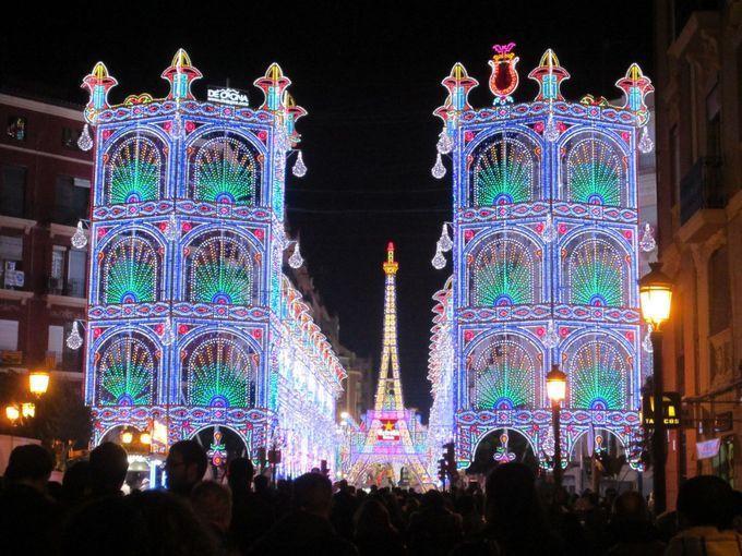 在住者に聞く!スペイン・バレンシア「火祭り」夜の楽しみ方   スペイン   [たびねす] by Travel.jp 火祭りのイルミネーション。コンクールもあります。
