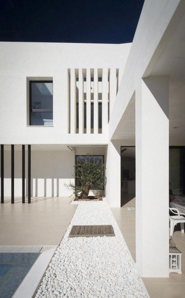 minimalistische architektur weies haus flachdach eingangsbereich weg mit kiessteinen - Farbakzente Interieur Einfamilienhaus